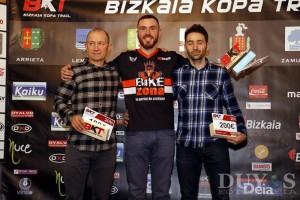José Romero Manotas recibe su premio como ganador de la BKT 2016