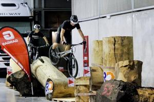 Los aficionados disfrutan con el trial y las acrobacias en el VLC Bikes