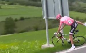 Vídeo: Dumoulin salva el liderato del Giro a pesar del apretón