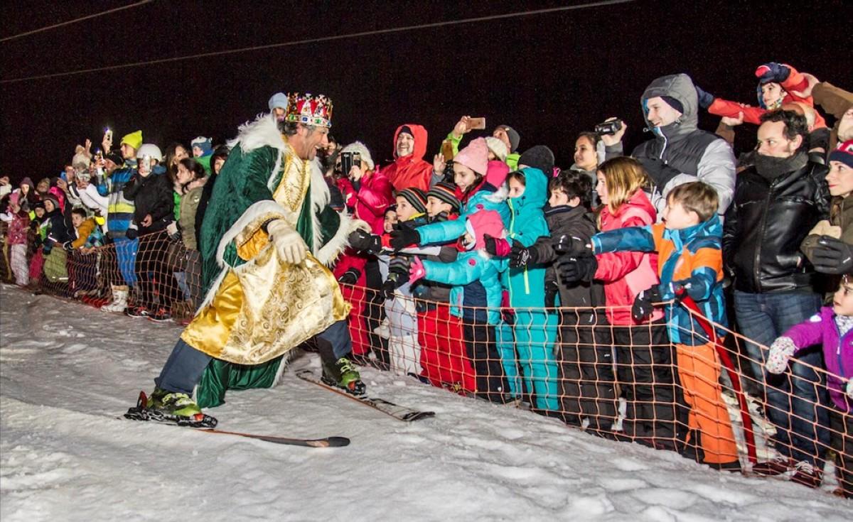 Centenares de niños reciben a los Reyes Magos esquiadores