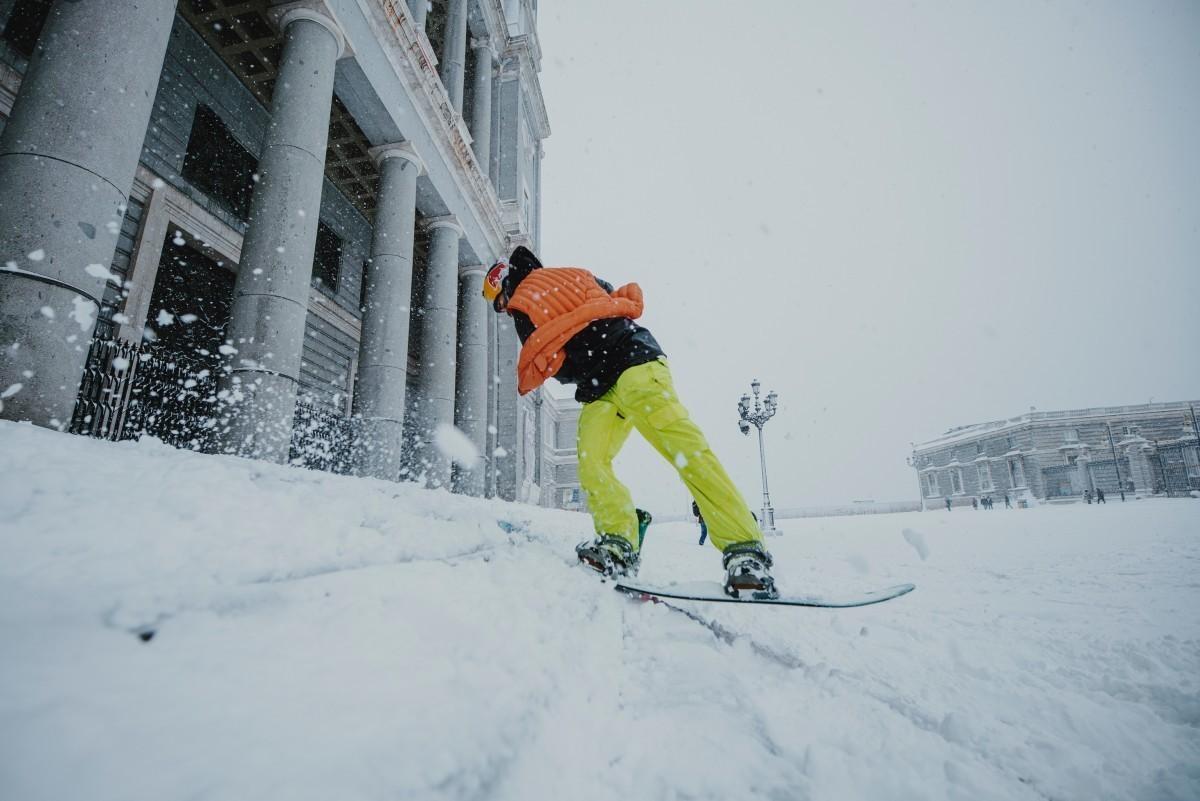 Danny León hace snowboard en las calles de Madrid