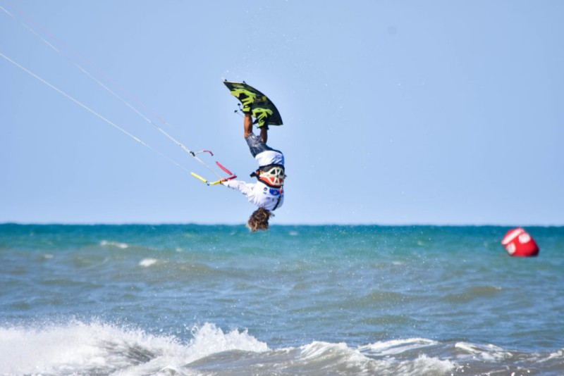 La Spain Kiteboarding League llena la playa de Oliva