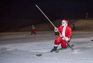 Papa Noel llega a Sierra Nevada esquiando
