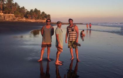 Tres surfers cantabros atrapados en el Salvador