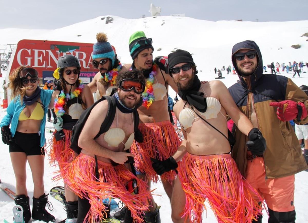 Unos 300 esquiadores participan en la bajada en bañador