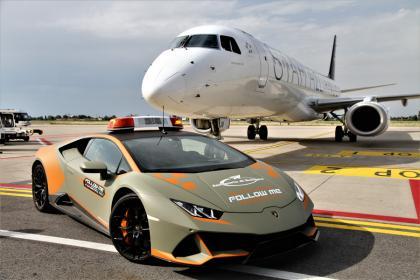 Un Lamborghini Huracán EVO coche para el aeropuerto de Bolonia