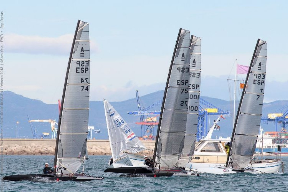 Cerca de 30 catamaranes Clase A se dan cita en el Mar Menor
