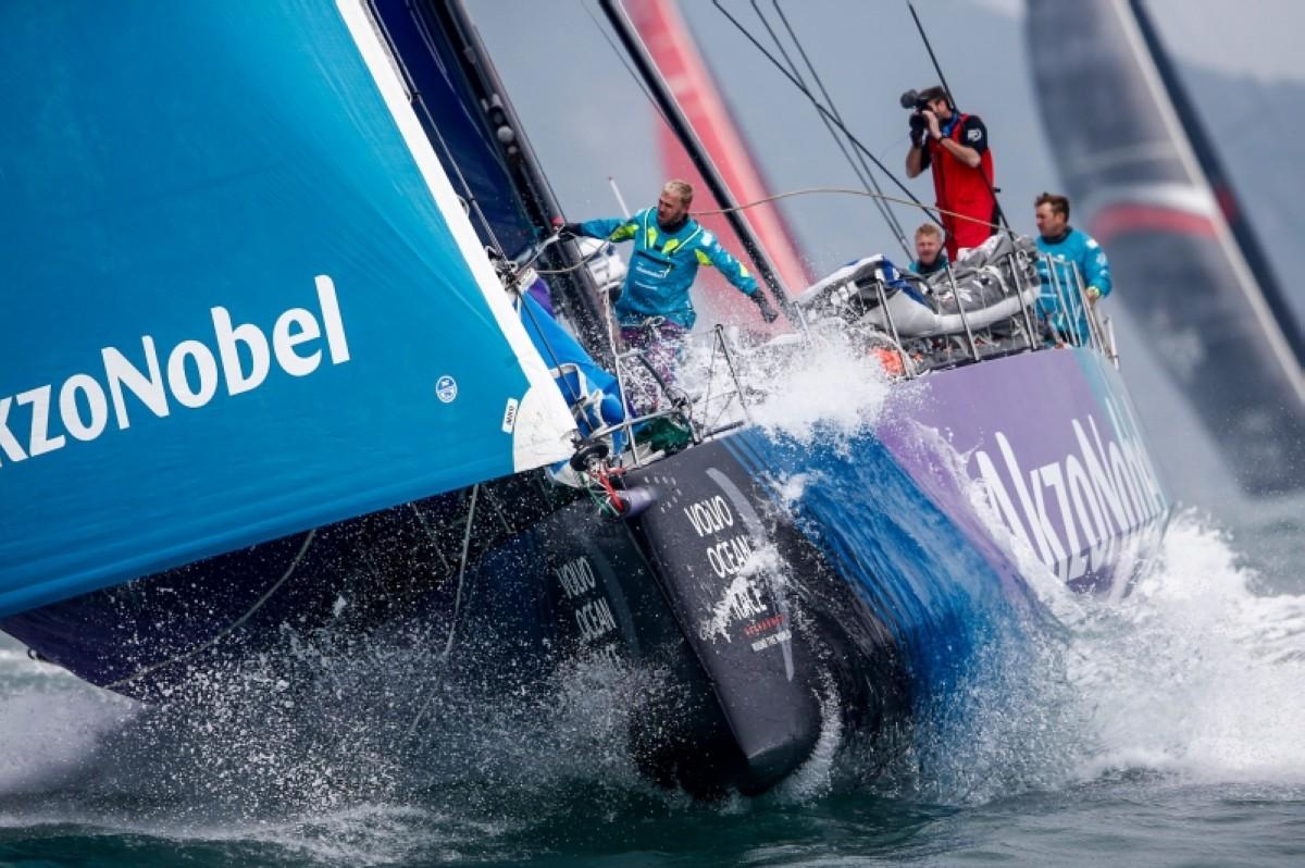 El AkzoNobel lidera la flota hacia Auckland de la Etapa 6