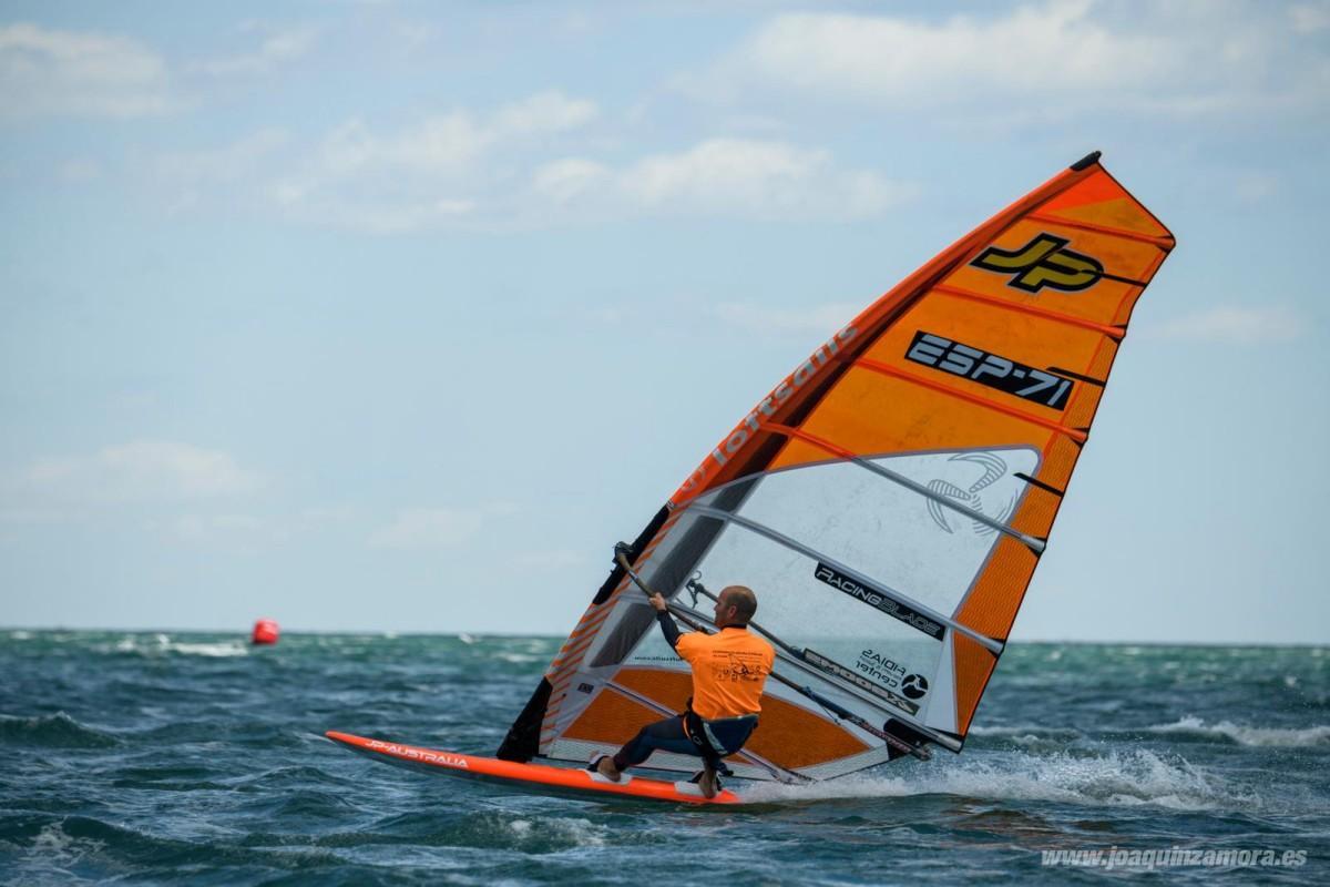 El windsurf andaluz brilla en aguas de Guipúzcoa y Murcia