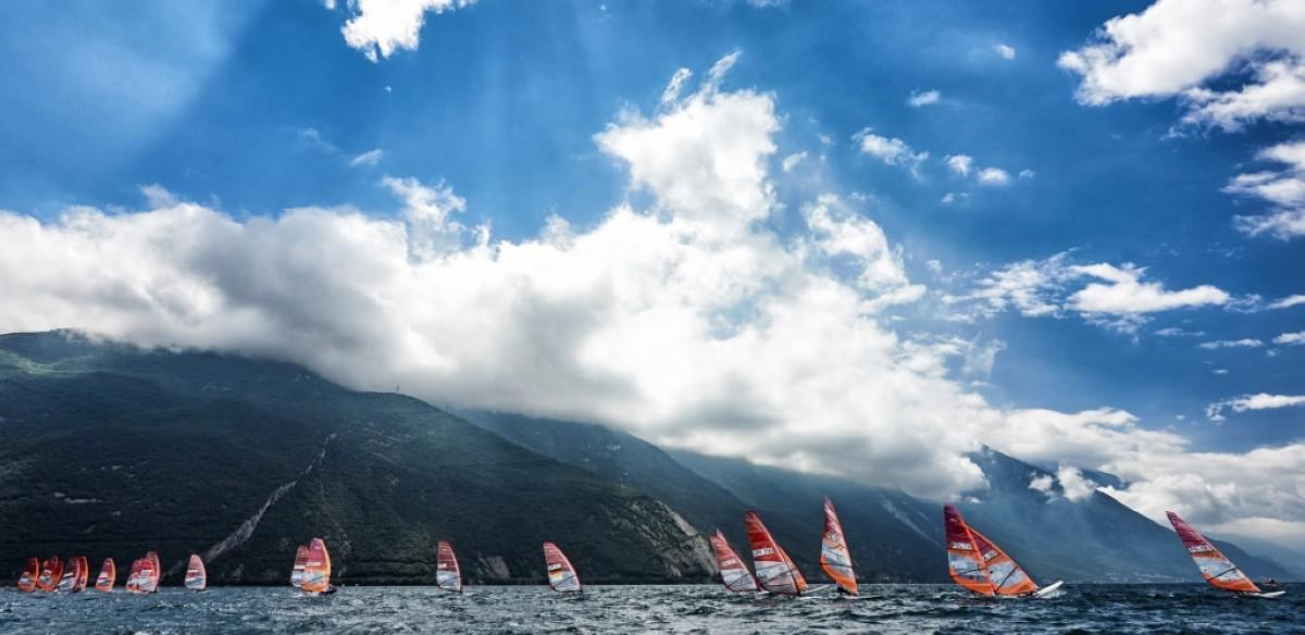 La clase olímpica de windsurf RS:X en Torbole, Italia
