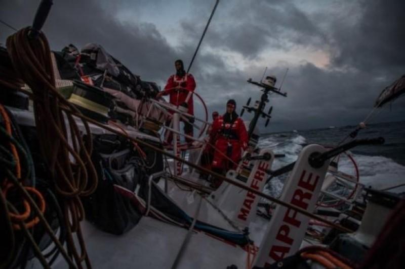 Olas de 13 metros y vientos de 60 nudos amenazan a la flota