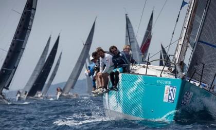El viento de 30 nudos impone su ley en el Mundial ORC