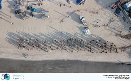 Los regatistas olímpicos del Sofía Iberostar limpian la Playa de Palma