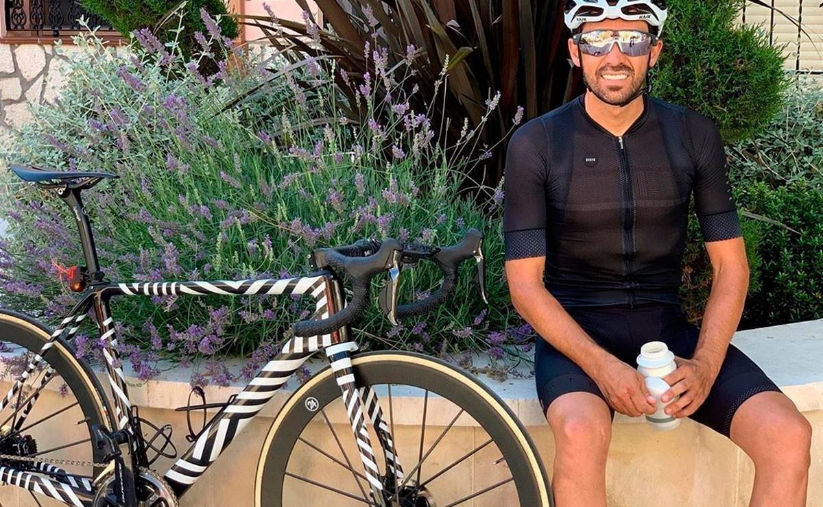 Alberto Contador vuela en la Bola del Mundo con su bicicleta Abike