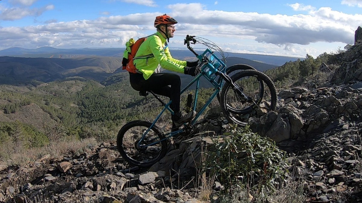 Ascendu la bicicleta de montaña que permite subir rampas de hasta el 45%