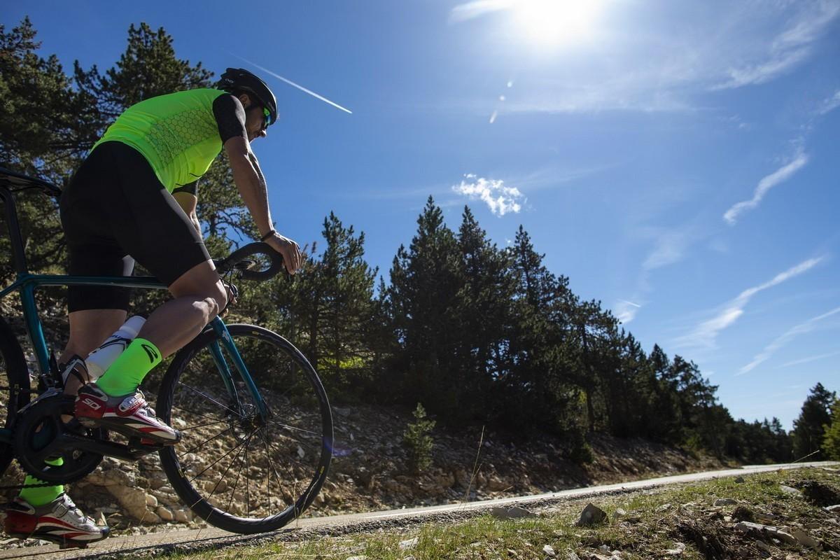 Así habrá que adelantar a los ciclistas en carretera a partir de ahora
