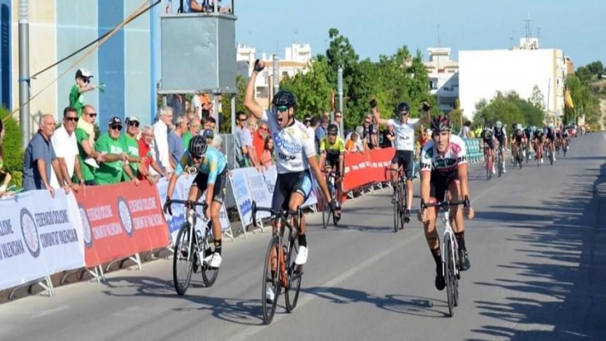 Felipe Orts impone su potencia en Riba-roja y lidera la Volta a Valencia