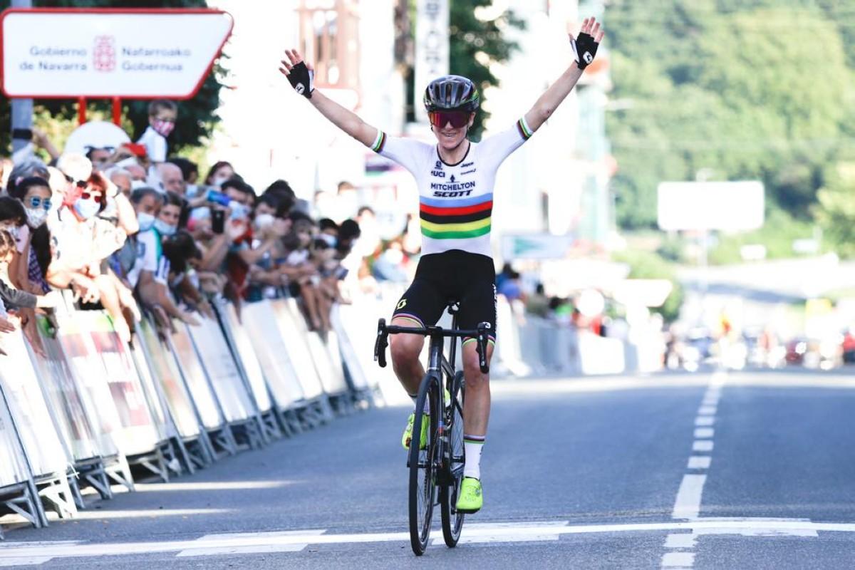 La campeona del mundo Annemiek Van Vleuten levanta los brazos en Navarra