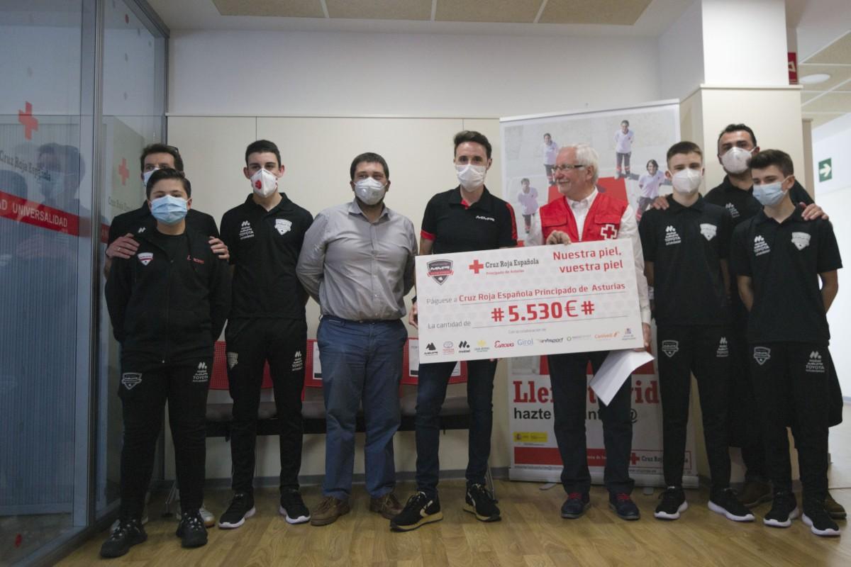 La Samuel Sánchez-MMR Cycling Academy entrega a Cruz Roja 5.530 euros de su rifa solidaria