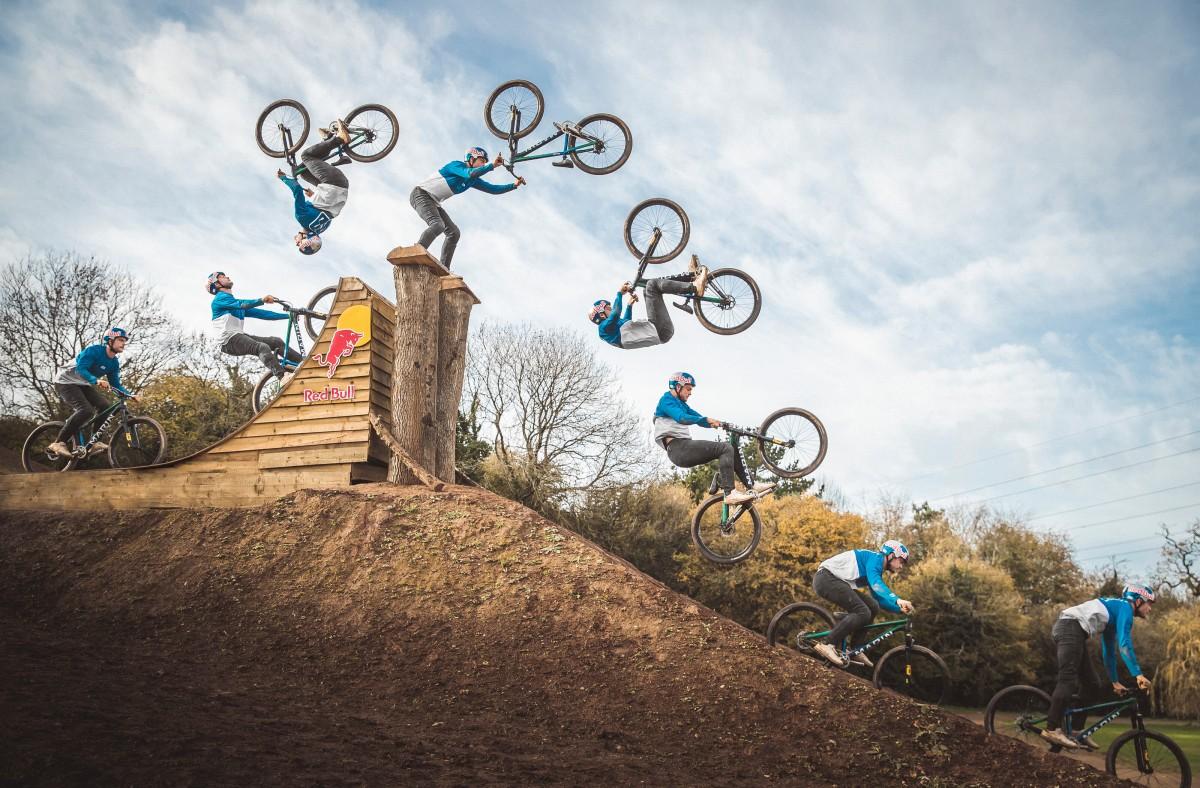 Matt Jones supera los límites de lo posible sobre pedales