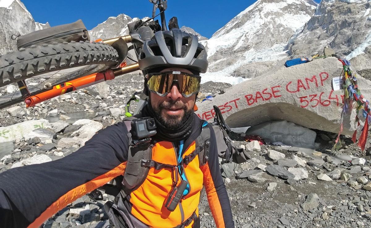 Omar di Felice primera persona en llegar al campo base del Everest en bicicleta en invierno