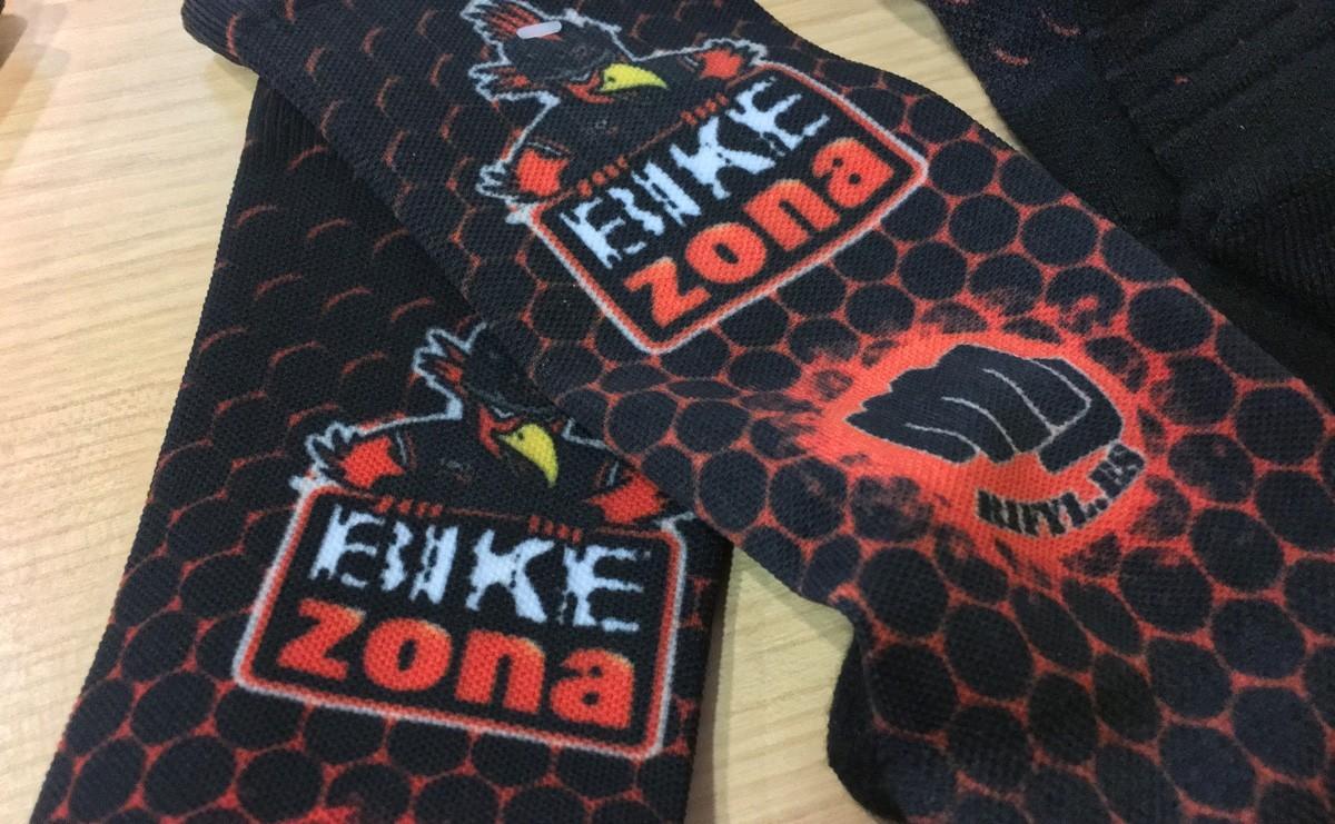 Recibido el cargamento de calcetines personalizados RIFYL para el Bikezona Team