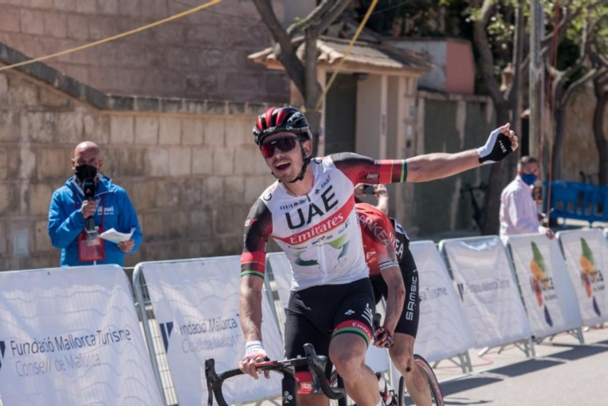 Ryan Gibbons gana el Trofeo Calvía en el arranque de la Challenge Ciclista de Mallorca