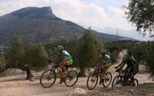 Hermida y Van Houts afianzan su liderato en la Andalucía Bike Race