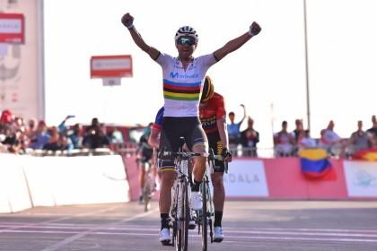 Alejandro Valverde ya gana con su maillot arcoiris