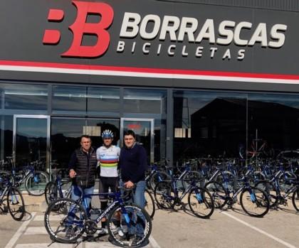 Berria y Borrascas entregan las bicicletas del Valverde Team-Terra Fecundis