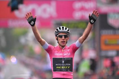 Simon Yates domina el Giro y se queda solo tras ganar su tercera etapa
