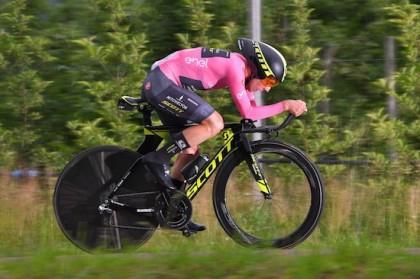 Vídeo crono Giro de Italia: Yates resiste y sigue de líder