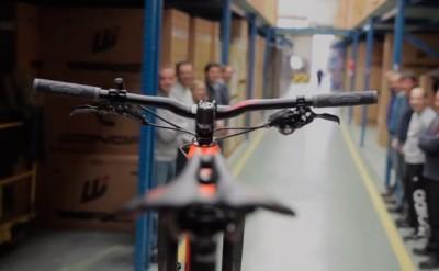 Vídeo: Conor prepara una bicicleta exclusiva para la Titan Desert